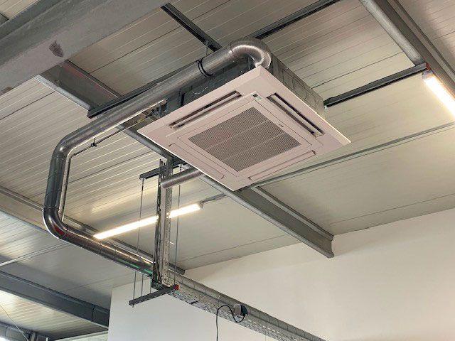 Klimatechnik an der Decke - Verkaufsraum